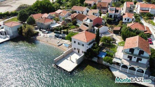 Дом у моря на первой линии в Черногории со своим пляжем