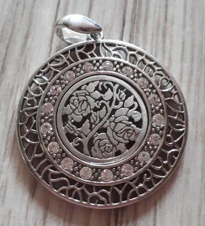 Srebrny wisiorek medalik z kwiatem