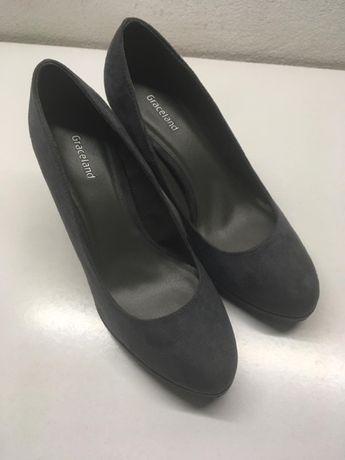 Sapatos de Salto Alto Cinzentos
