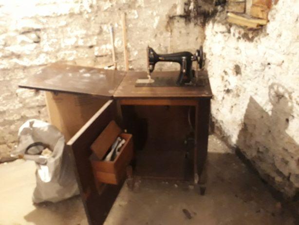 Chełmża Zabytkowa maszyna krawiecka składana w komodzie