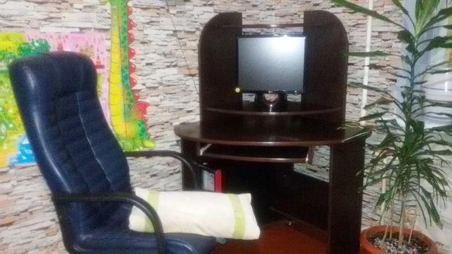 продається комп'ютерний стіл + шкіряне крісло у подарунок!
