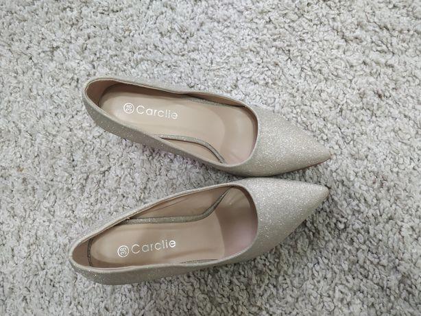 Золоті туфлі на каблуку