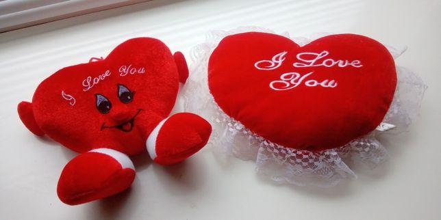 Мягкие игрушки сердечки.