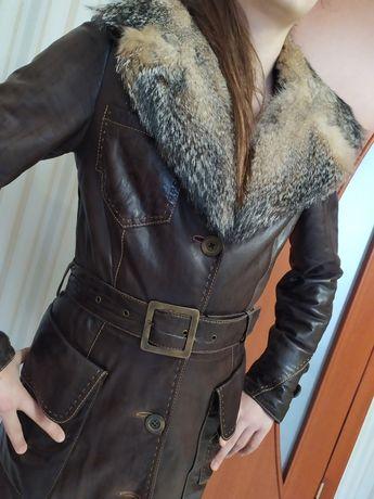 Кожаное пальто с мехом волка ( размер С) осень-весна