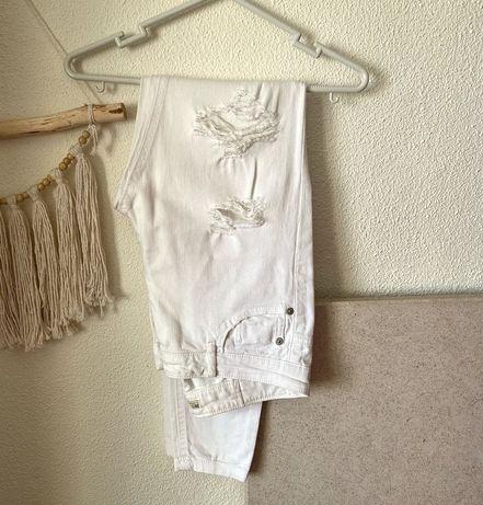 Calças brancas com rasgões