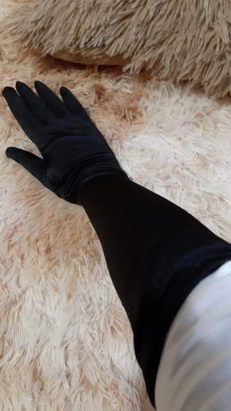Перчатки атласные.