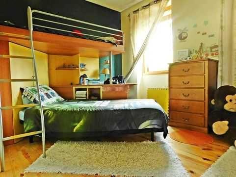 Quarto estúdio com duas camas, armário, secretária