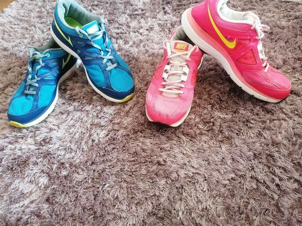 Sapatilhas Nike azuis e rosas