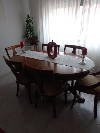 Mesa em madeira maciça com cadeiras, aparador e espelho