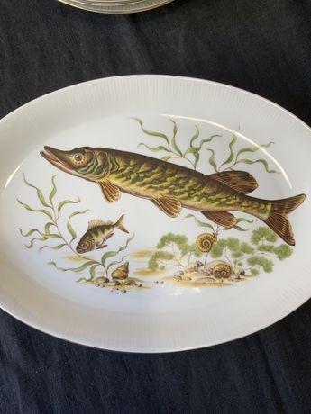 Винтажный набор фарфоровых тарелок для подачи рыбных блюд.