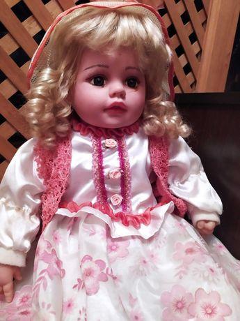 Красивая большая кукла