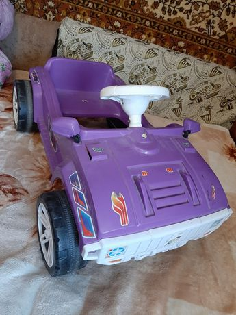 Машина на педалях