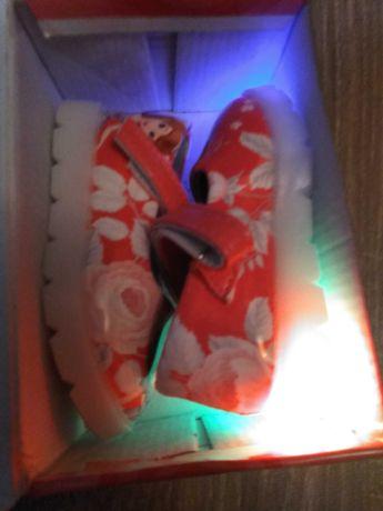 Продам новые детские малиновые лаковые туфельки для принцессы 21размер