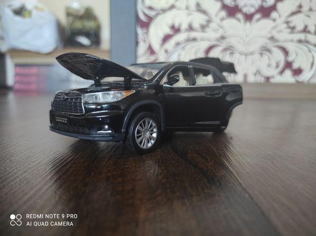 Металлическая модель автомобиля Toyota Highlander.