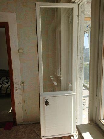 Дверь деревянная со стеклом.