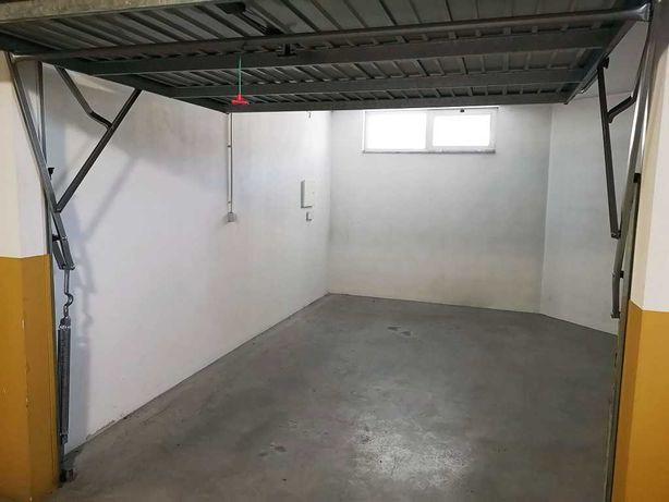 Garagem Box 25m2 com contador elétrico independente.