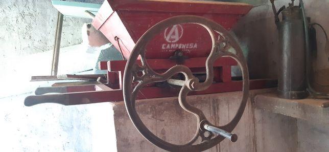 Esmagador de uvas antigo a funcionar