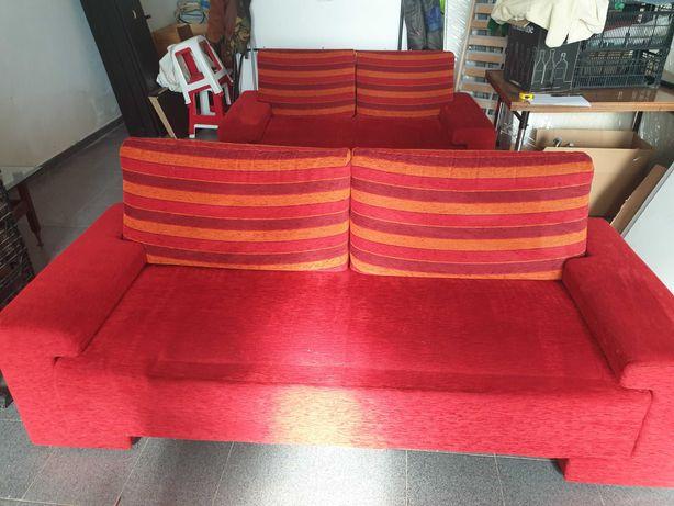 Sofás vermelhos em tecido