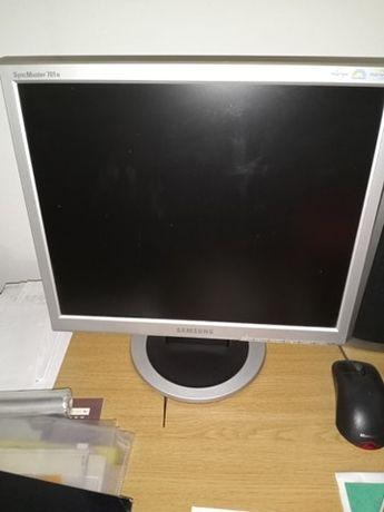 Computador fixo (em funcionamento)