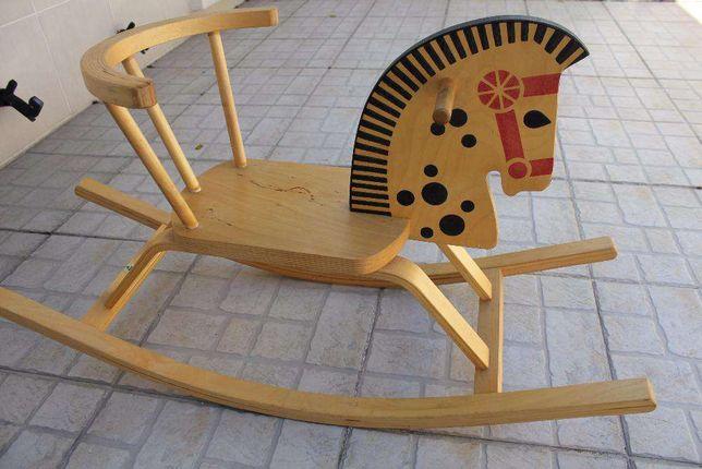 Cavalinho de baloiça em madeira