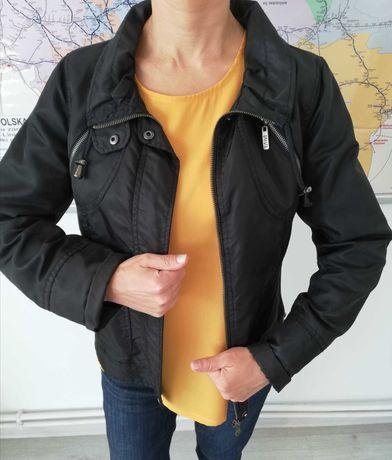 Czarna kurtka i musztardowa bluzka