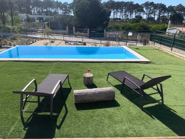 2 espreguiçadeiras de jardim e piscina