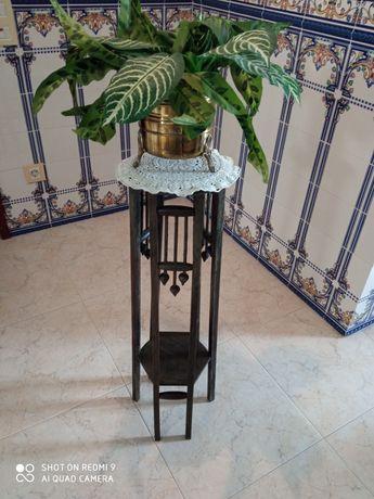 Floreira antiga em madeira, naperom em renda e vaso com flor