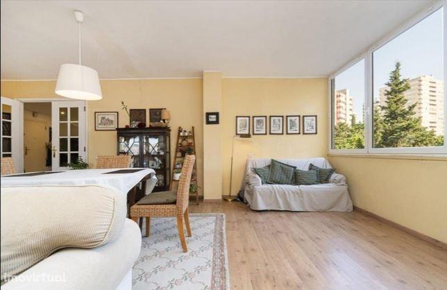 Apartamento T3, 170m2, Miraflores, rua da piscina