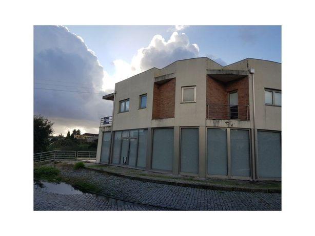 Investidores: Edifício com 1 Apartamento T3 - 2 Lojas e 1 Armazém