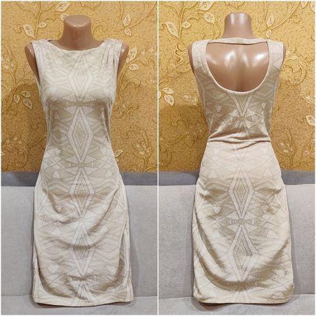 Бежевое платье с вырезом на спине
