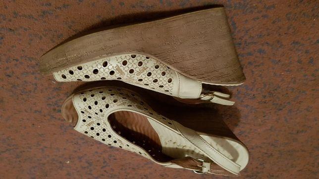 Karinii 39 skórzane buty na koturnie