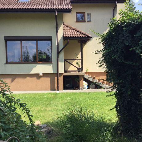 Dom z gorodem i wiatą wolnotojącą
