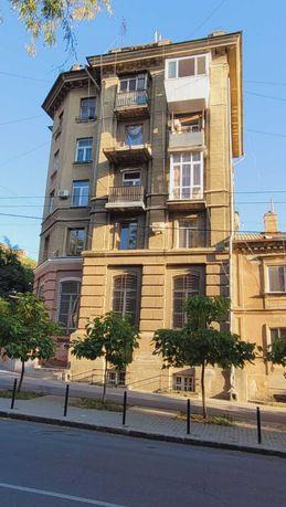 (E$) 2-х сталинка в Историческом Центре на Коблевской с балконом.