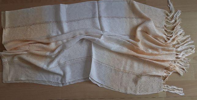 Modny śliczny cieniowany beżowo kremowy szal