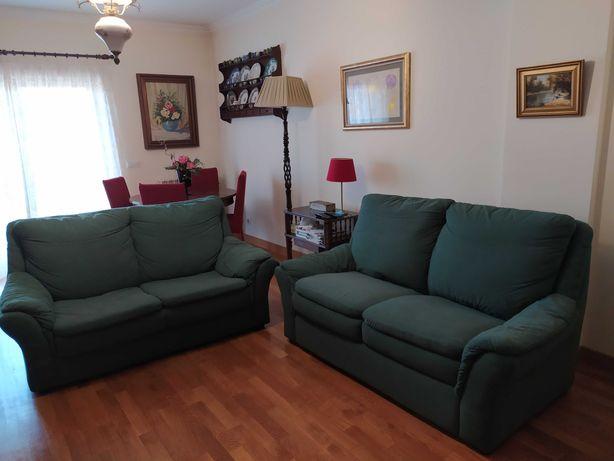 Sofás verdes em bom estado