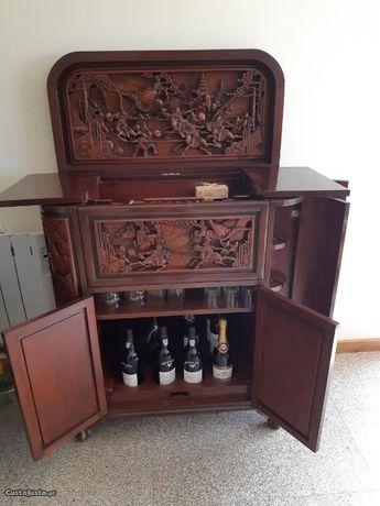 Bar em madeira maciça. Trabalhado à mão.