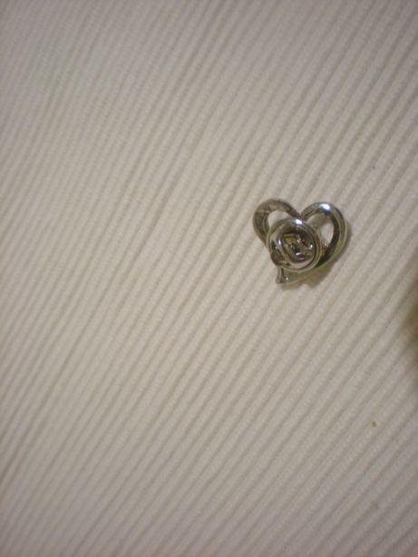 Śliczna broszka w kształcie serca