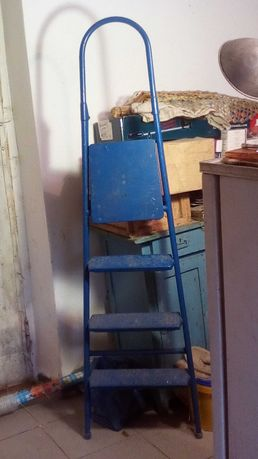 Лестница -- стремянка садовая.