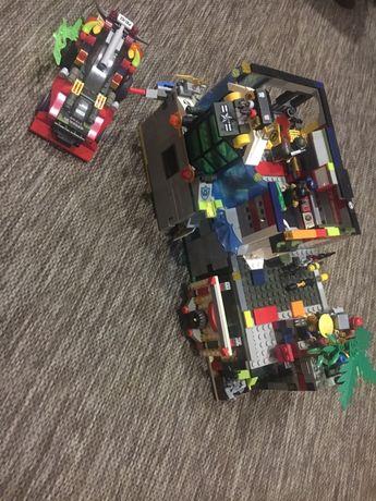 Лего штаб з Лего автомобілем та коробкою деталей.