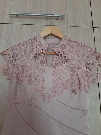 Платье атласное нарядное с вышивкой кружевом, р 46 (М)