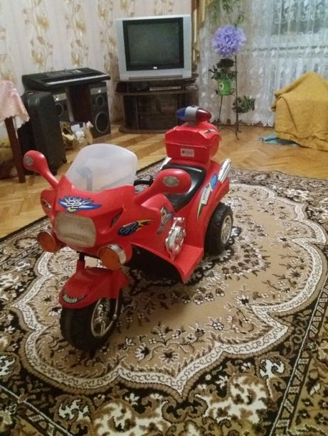 Дитячий трьохколісний мотоцикл на акумуляторі.