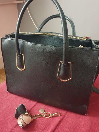 Czarna torebka na długim pasku oraz dwóch małych