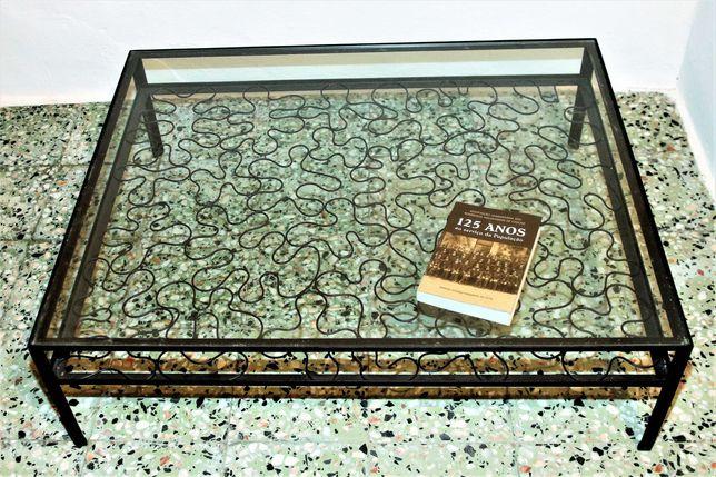 Mesa em ferro com vidro e porta livros/revistas