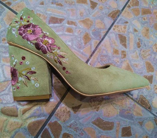 НОВЫЕ женские туфли с вышитым каблуком. Каблук 8,5 см.