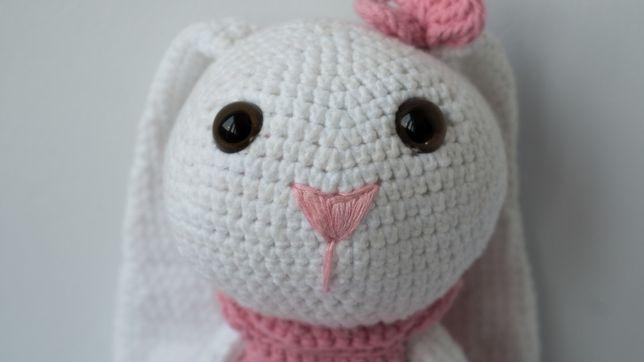 Плюшева вязана іграшка зайчик