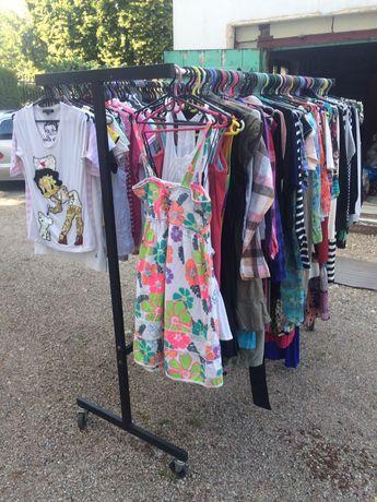 Sprzedam różnego rodzaju odzież używaną ze stojakami i z wieszakami