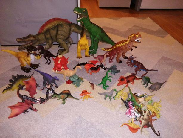 Figurki dinozaurów.
