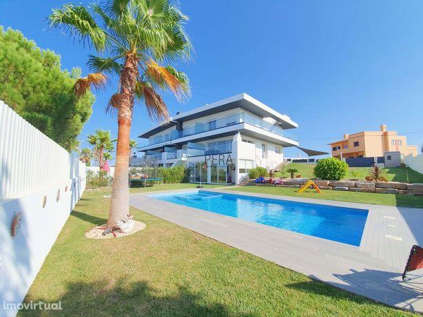 Moradia contemporânea T3+T1 independente com piscina