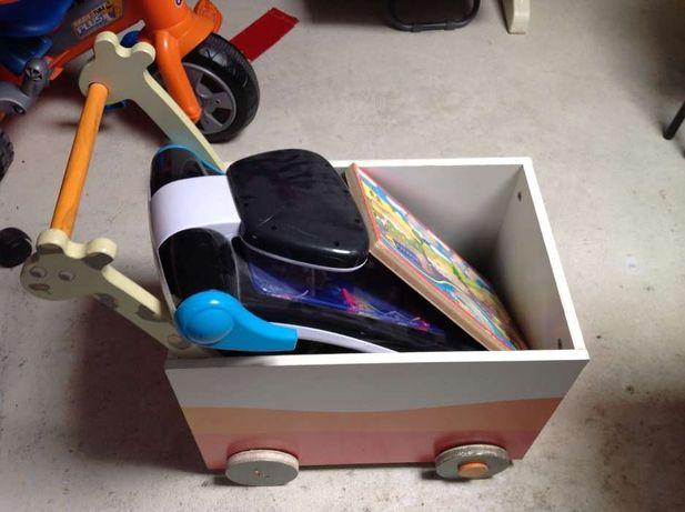Carrinho de arrumação de brinquedos com rodas e com jogo de flippers.