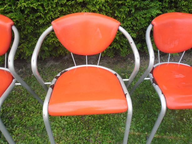 Zestaw 3 krzeseł czerwonych na działkę/budowę.